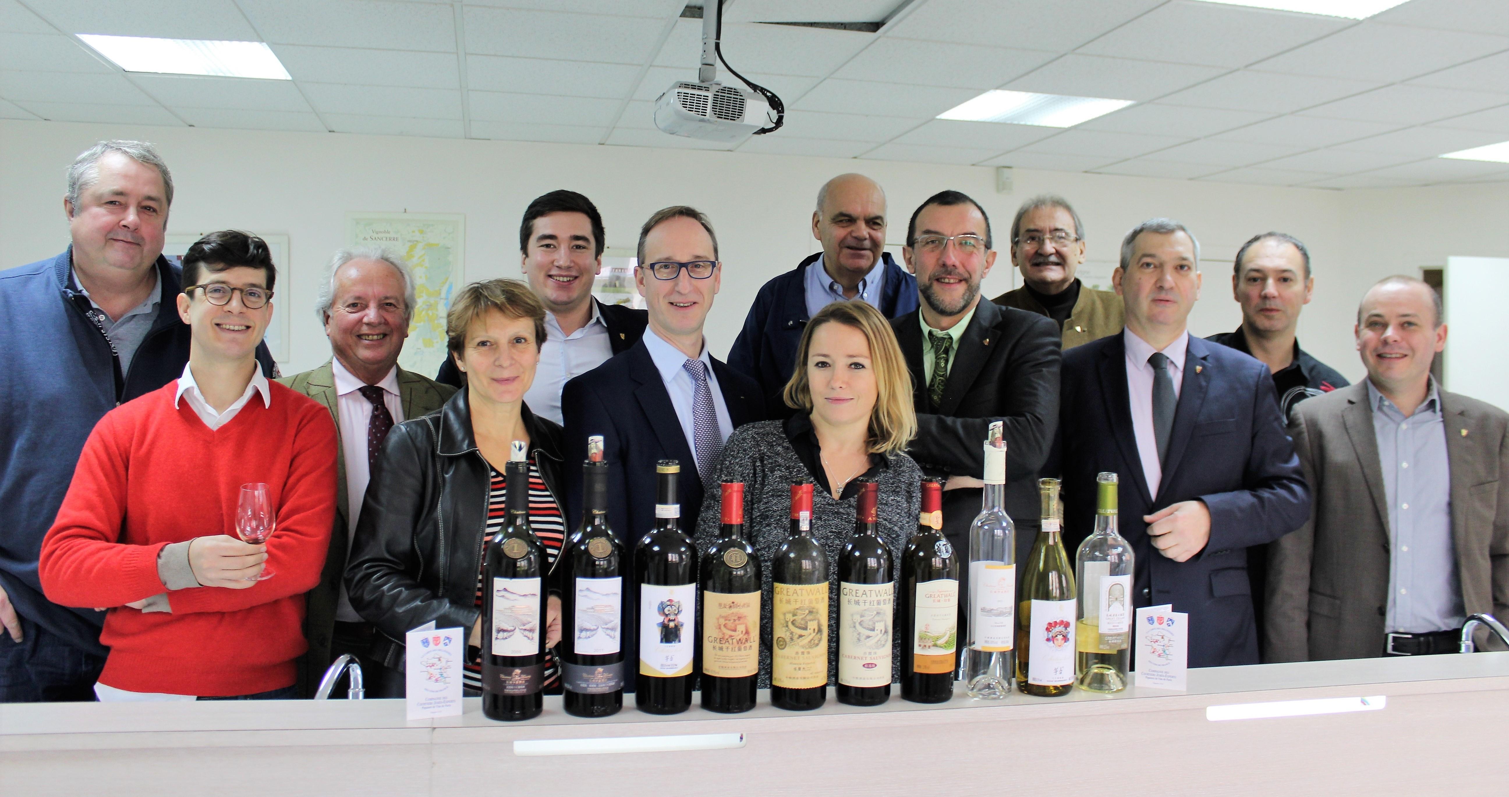 Les courtiers de la Compagnie devant la série de vins chinois